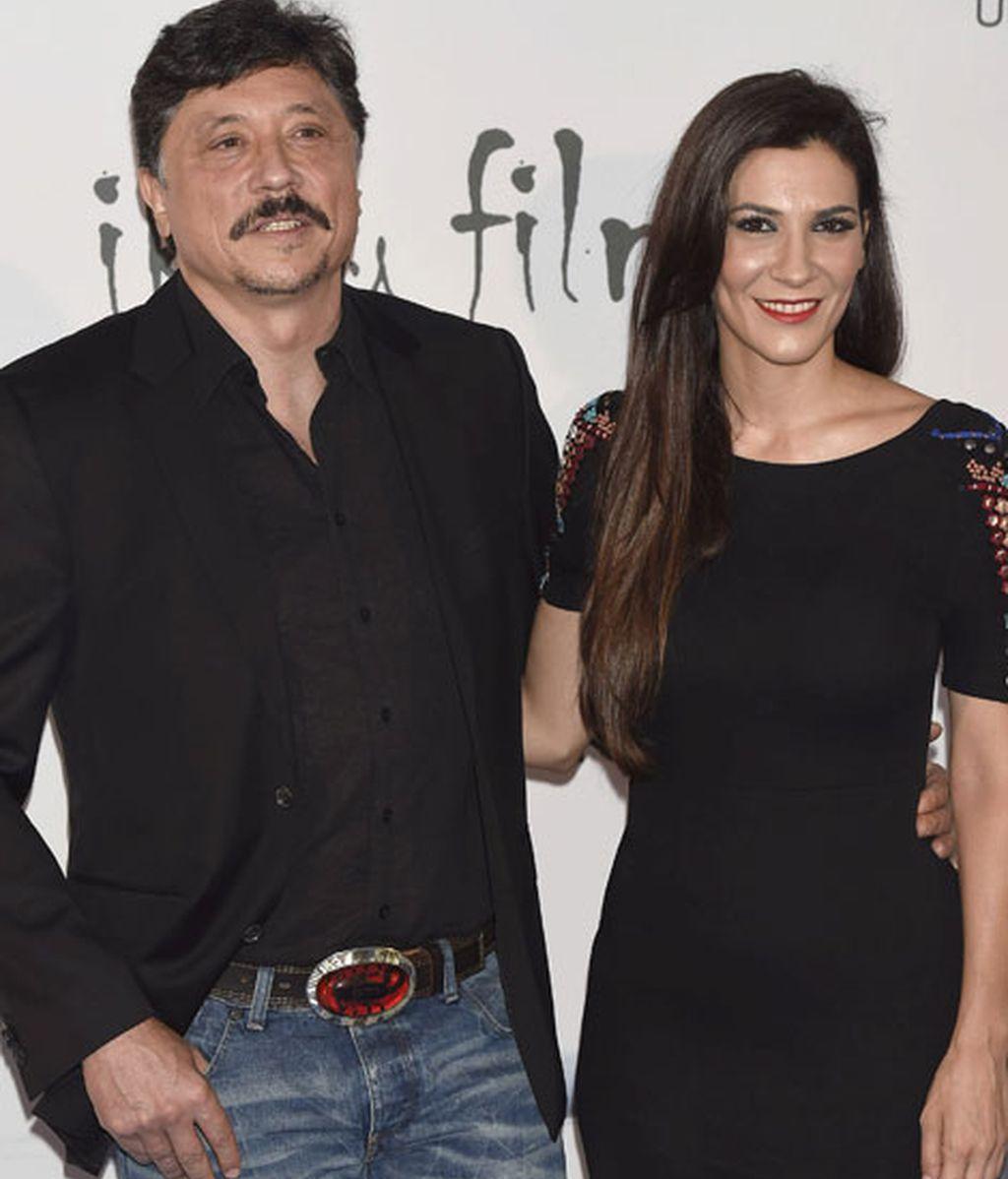 Carlos Bardem, acompañado por Cecilia Gessa