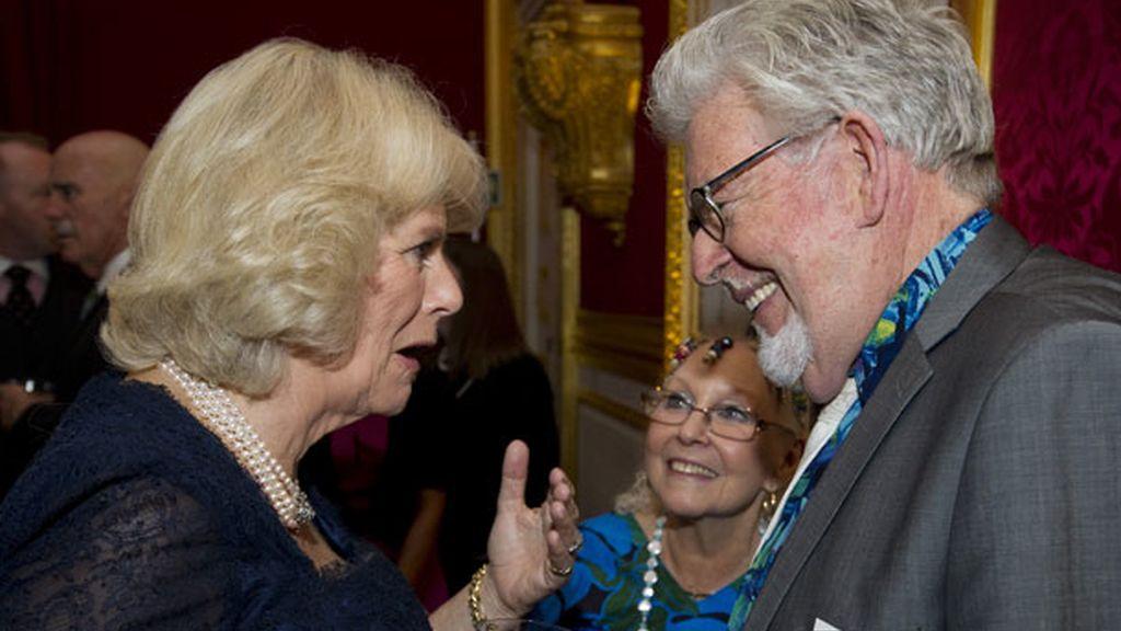 La duquesa de Cornualles con Rolf Harris y su mujer