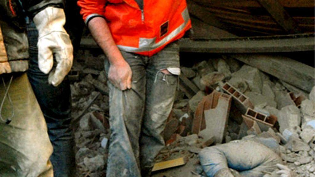 El cadáver de una víctima bajo los escombros