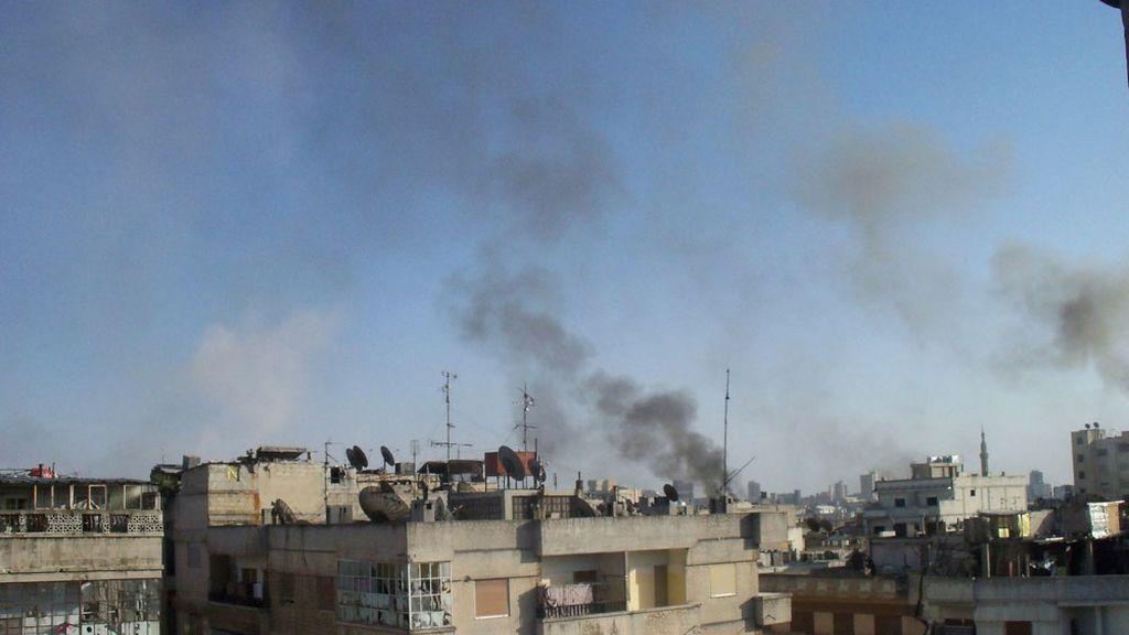 Columnas de humo en varios edificios de Homs