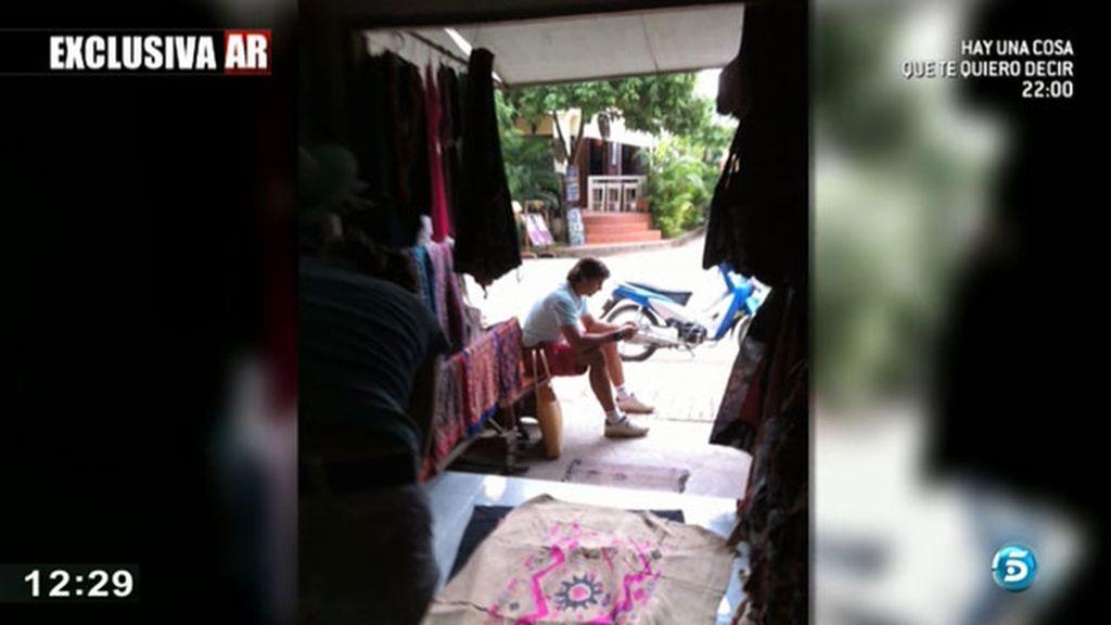 La pareja recorrió un mercadillo artesanal en Laos