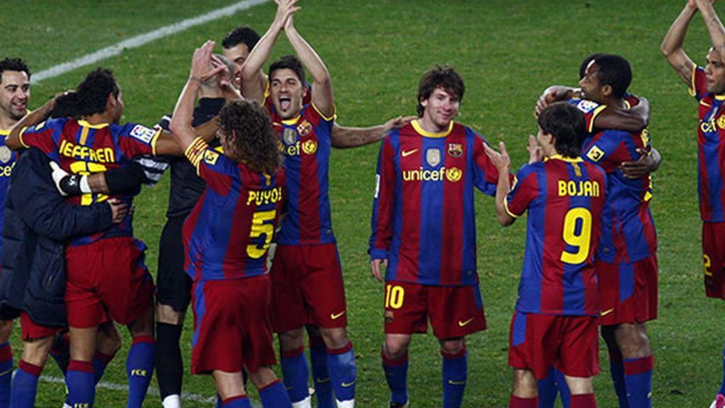 El Barça responde a la cerrada ovación que recibió de la grada al terminar el partido