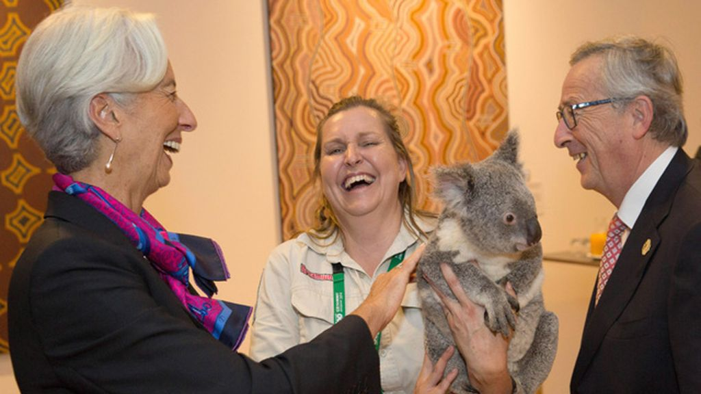 Christine Lagarde y Jean-Claude Juncker, divertidos viendo al koala