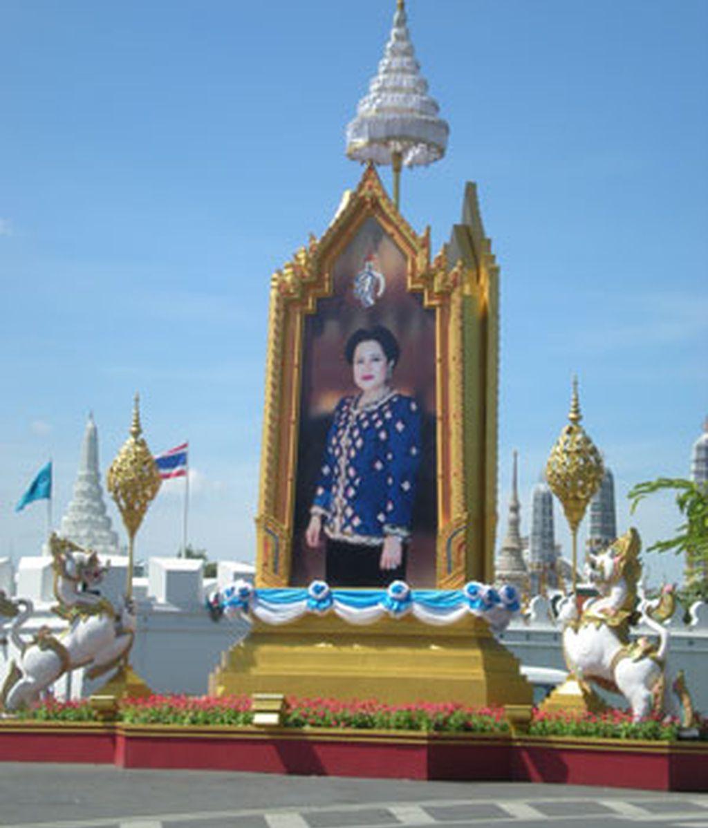 La reina Sirikit está presente en múltiples imágenes a lo largo de todo Bangkok, no así el rey, que pasa a un segundo plano. Foto: RSO.