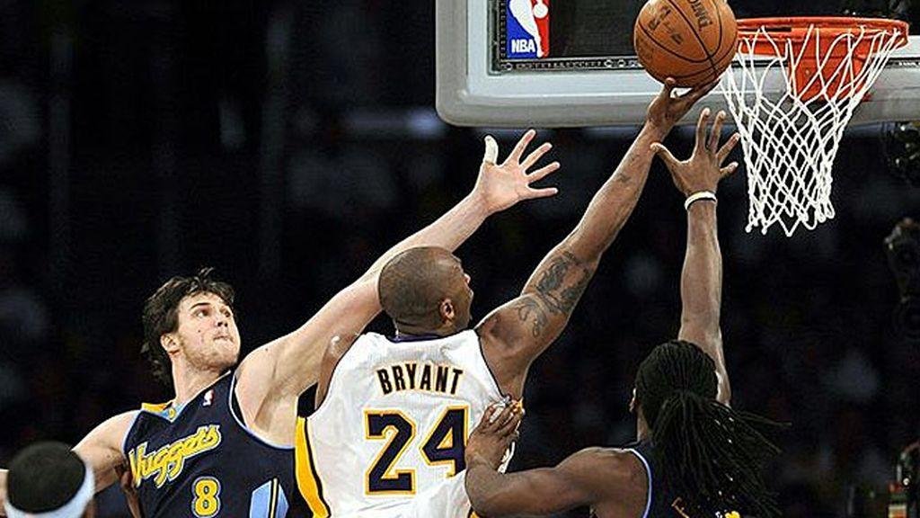 Kobe Bryant busca la cesta ante la marca de la defensiva de los Nuggets de Denver