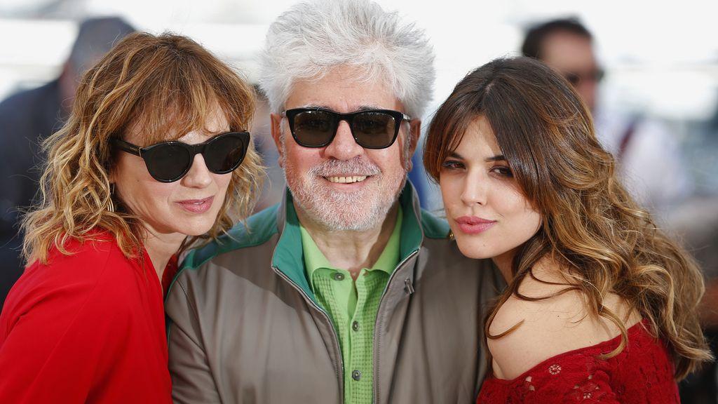 Pedro Almodóvar junto a Adriana Ugarte y Emma Suárez en Cannes