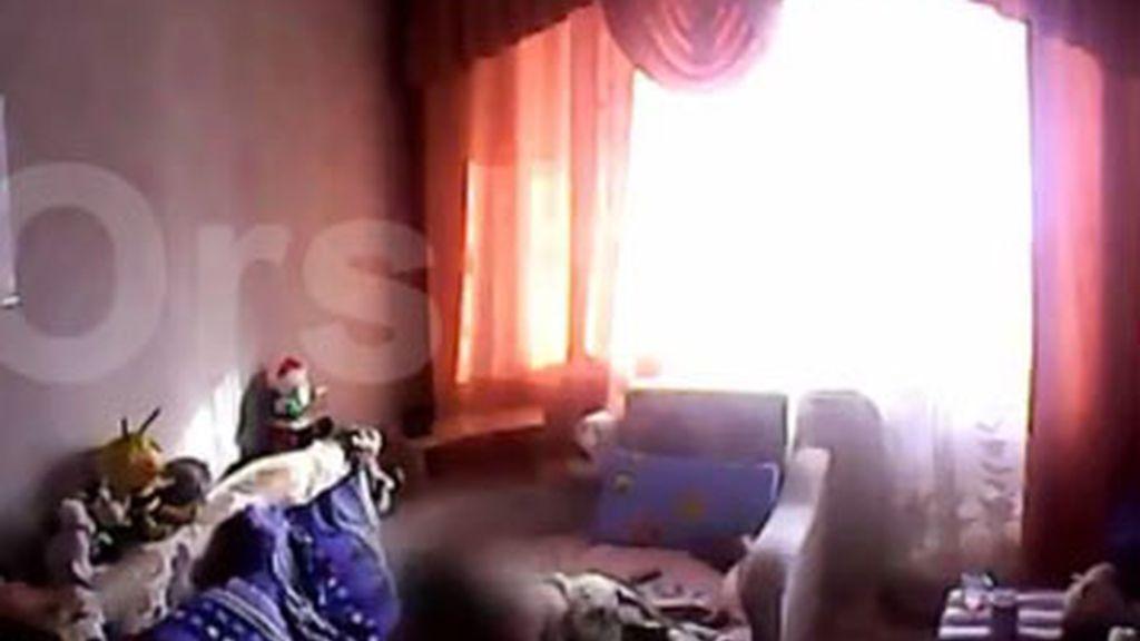 Los padres grabaron una cámara oculta donde se ve el maltratao que sufría la pequeña