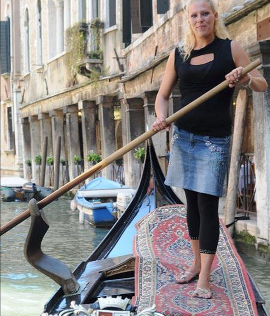 """La italiana Giorgia Boscolo, de 23 años, primera """"gondolera"""" veneciana, posa en una góndola en uno de los canales de Venecia, Italia. EFE"""
