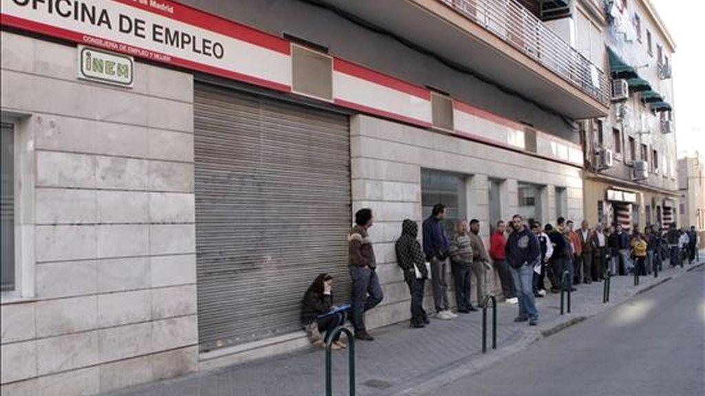 Decenas de personas esperan la apertura de una oficina de empleo en Madrid. EFE/Archivo