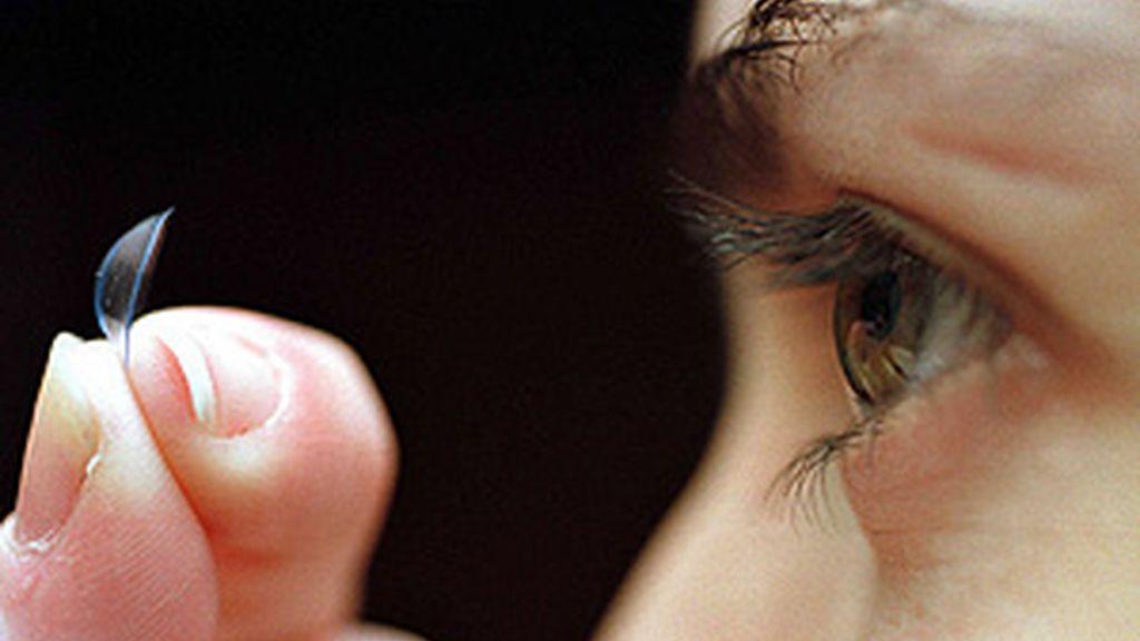 Pierde la visión de un ojo por no quitarse sus lentes de contacto en seis meses