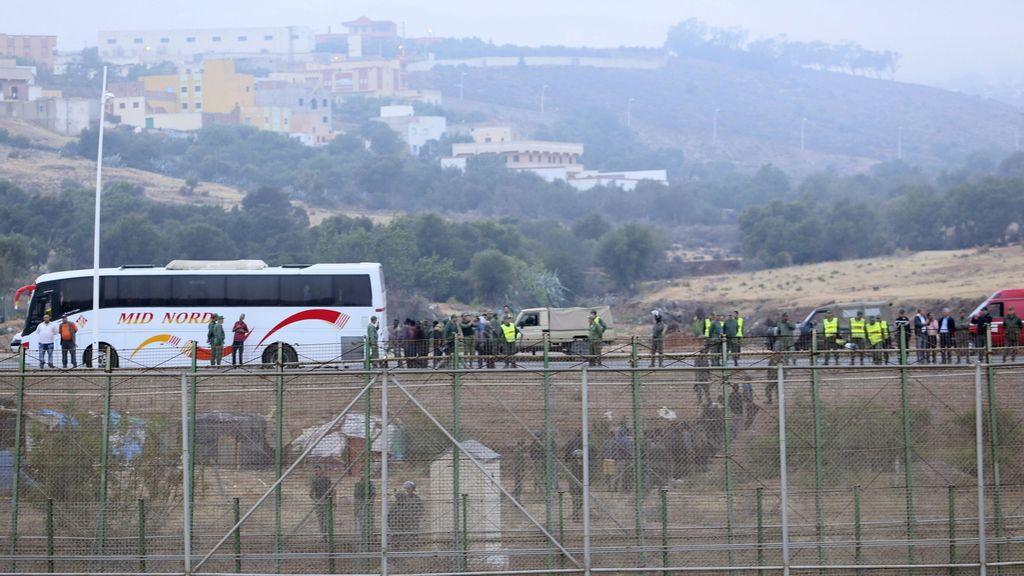 Inmigrantes en la valla de Melilla. Foto. EFE