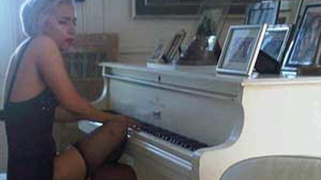 En la fotografía, Lady Gaga tocando un piano que perteneció a John Lenon. Foto: Twitter