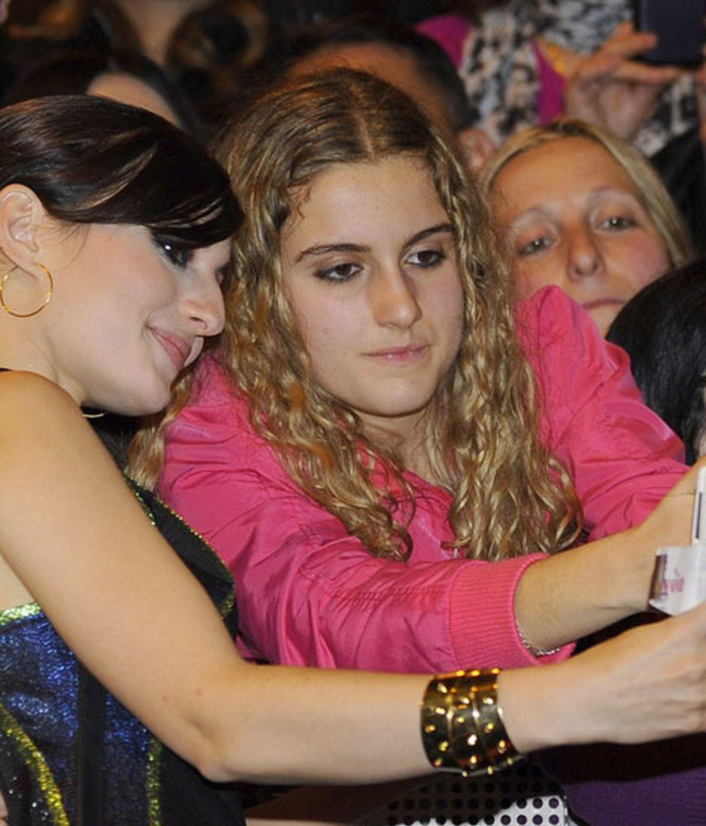 María Valverde se hizo fotos con las fans