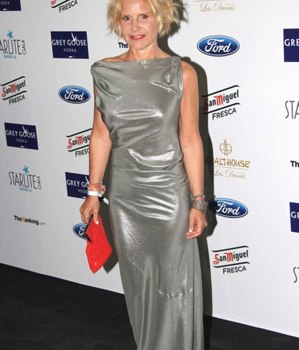 Eugenia Martínez de Irujo se decantó por un vestido gris metalizado
