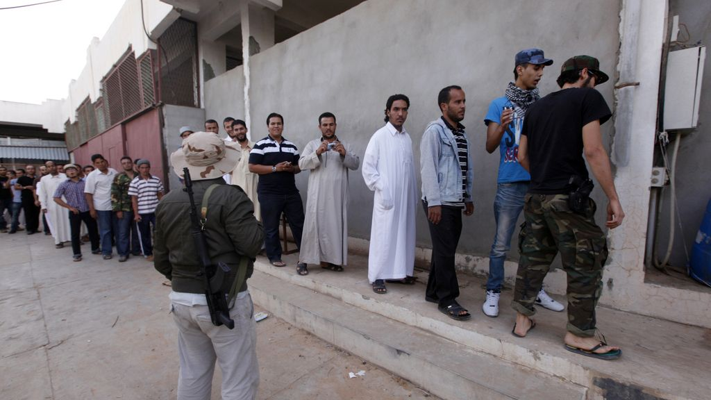 Colas para ver el cadáver de Gadafi FOTO: REUTERS