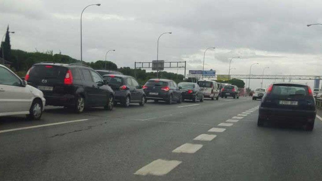 Atasco kilométrico en Madrid y en sus accesos por la lluvia y varios choques