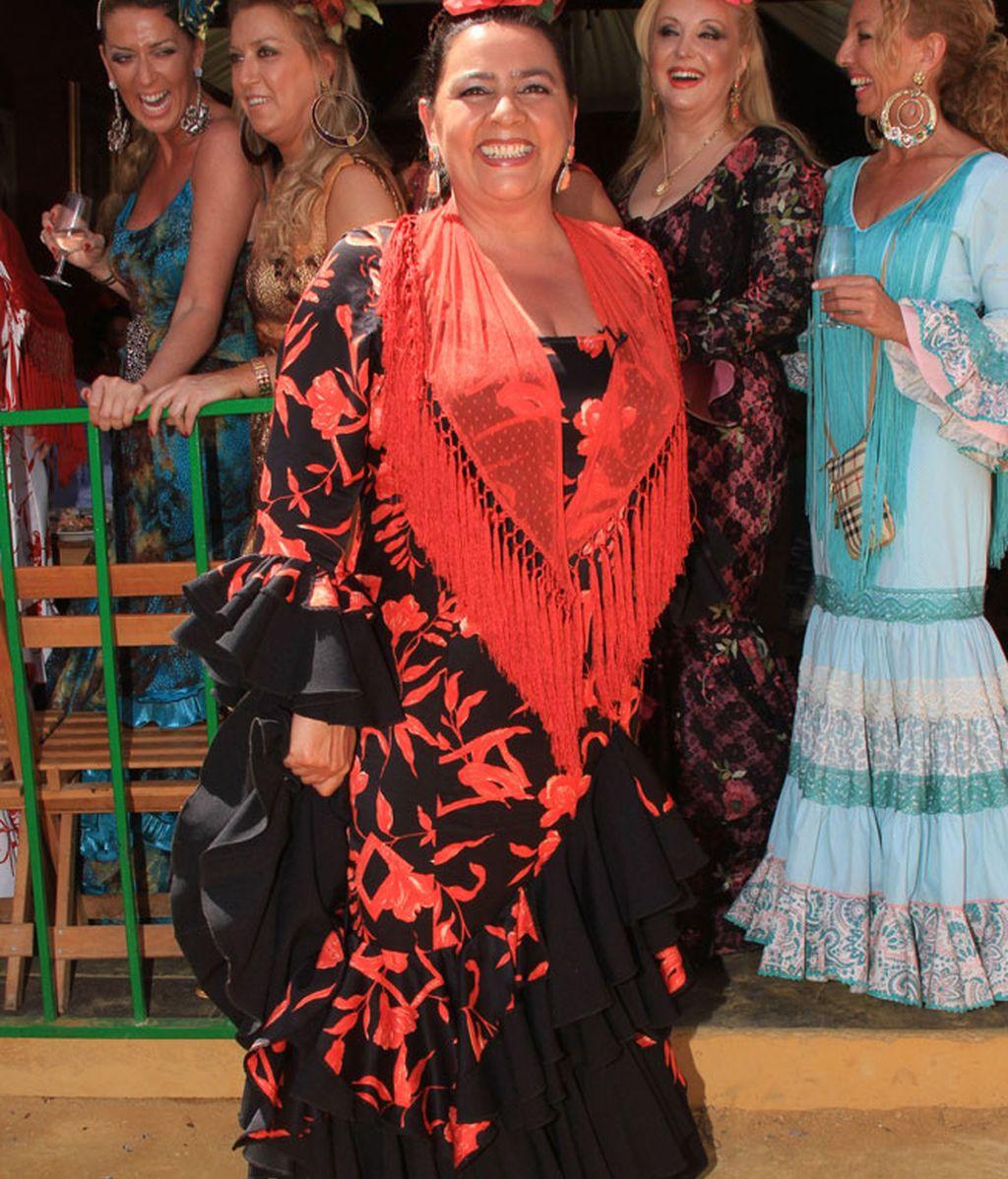 La cantante María del Monte, con traje en negros y rojos