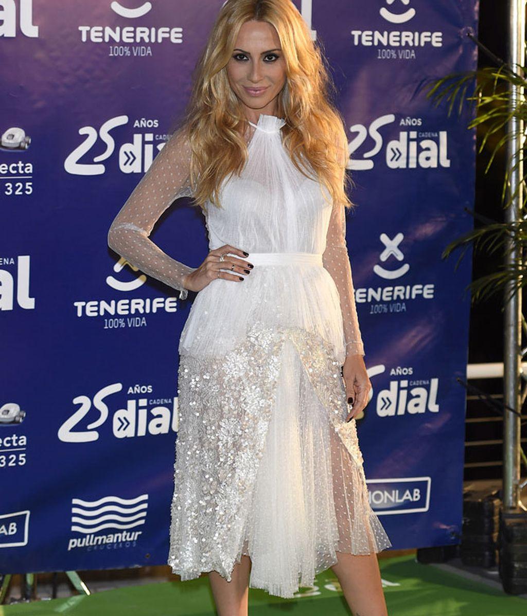 Marta Sánchez le entregó uno de los premios a Manuel Carrasco