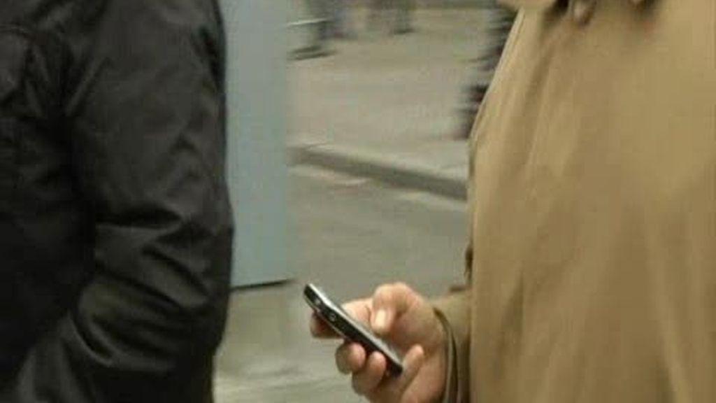 Nueva York se plantea multar a quienes crucen la calle hablanco por el móvil