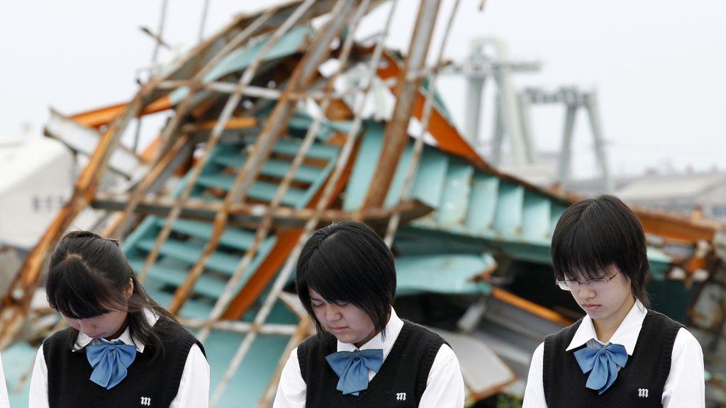 Varias jóvenes lloran al cumplirse seis meses del terremoto y posterior tsunami