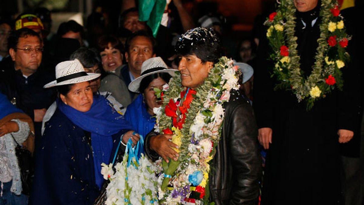 Morales llega a Bolivia tras pasar 13 horas retenido en territorio europeo