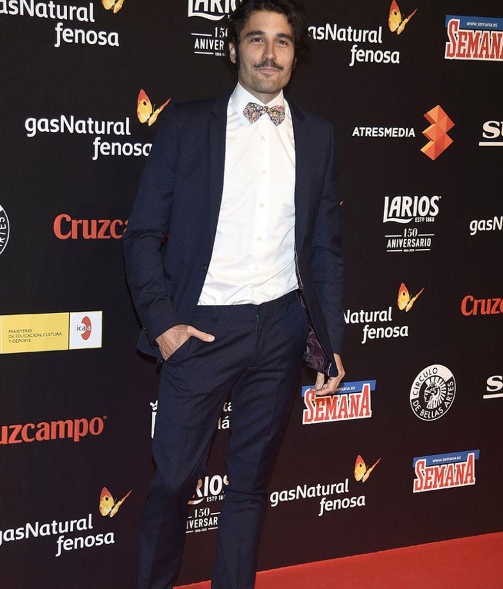 Álex García con todos los 'must': pajarita y deportivas con el traje