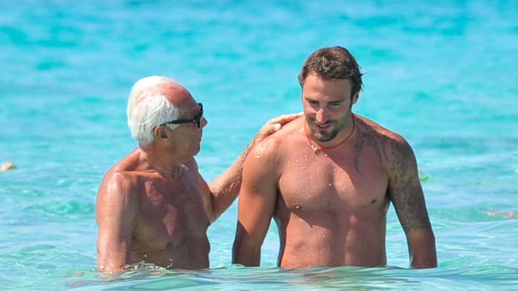 Armani se deja querer por un joven durante sus vacaciones