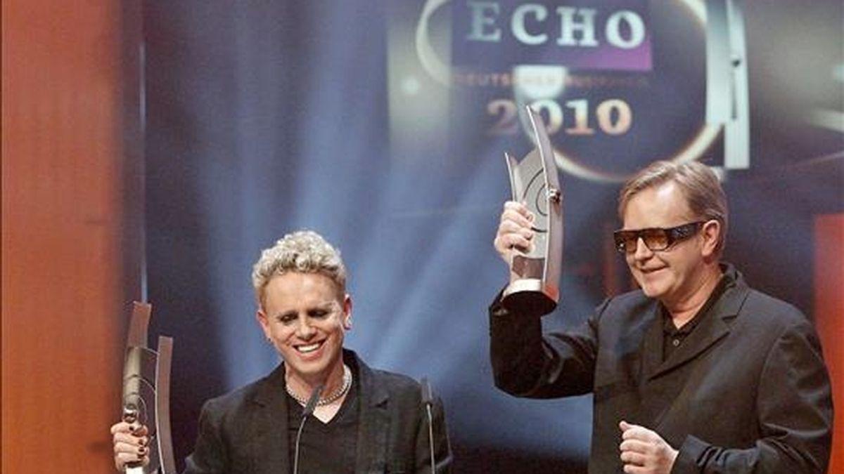 Los integrantes del grupo Depeche Mode, Martin Gore (i) y Andrew Fletcher, recogen su premio en la categoría Mejor grupo Rock/Pop internacional durante la gala de los premios Echo de la Música celebrada en Berlín (Alemania). EFE/Archivo