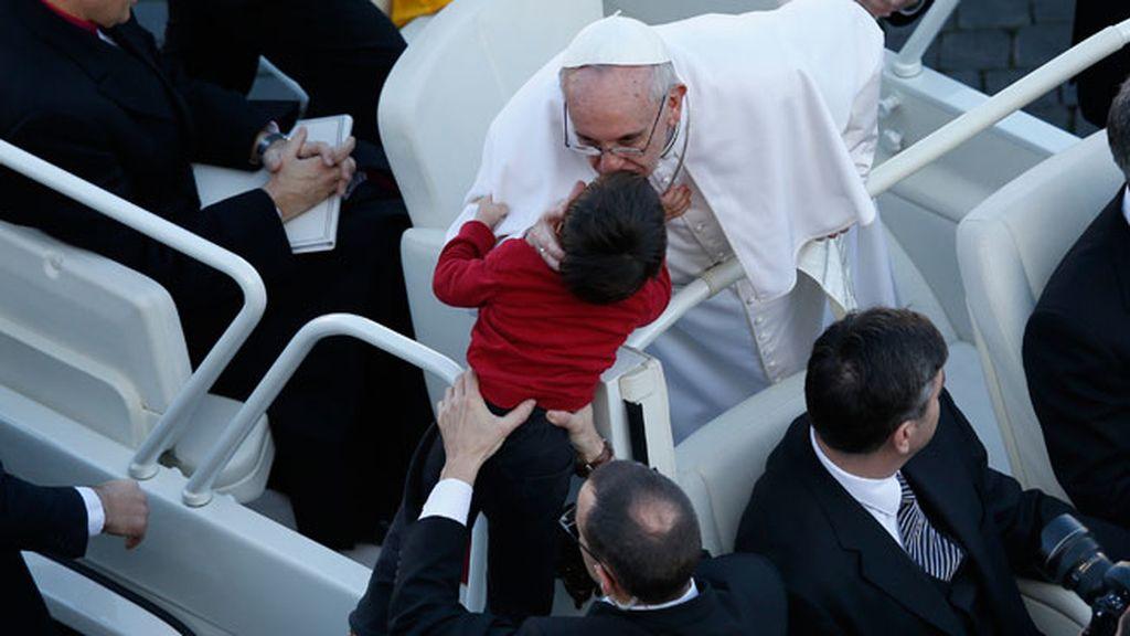 El Papa saluda a los miles de fieles congregados en el Vaticano