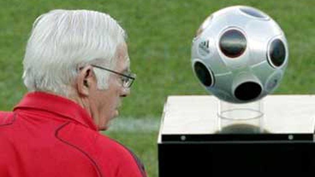 Luis Aragonés, junto al balón de la final. Foto: EFE