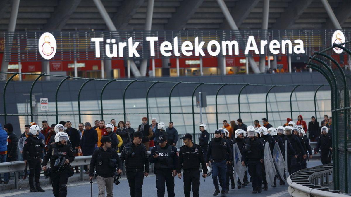 Desalojo del Estadio Turk Telekom Arena en Estambul