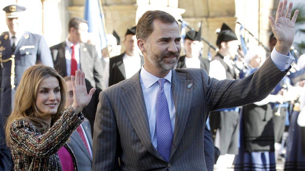 Los Príncipes de Asturias saludan a su llegada al hotel de la Reconquista de Oviedo