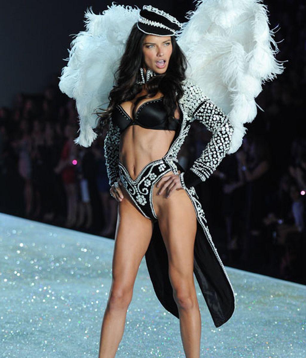 Adriana Lima, con alas de ángel y ropa interior de brillantes