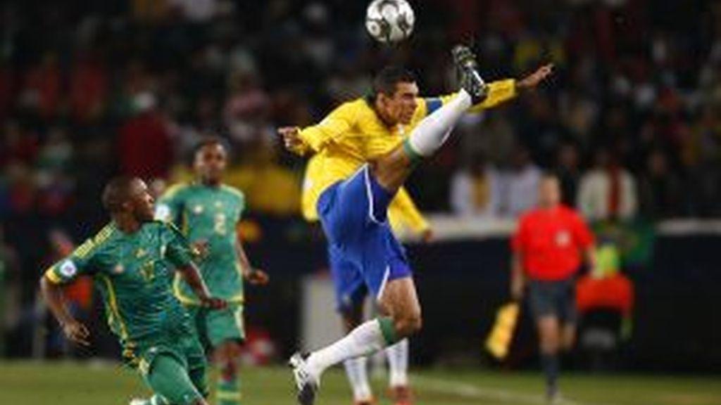 Gol de falta de Alves. Vídeo: INFORMATIVOS TELECINCO