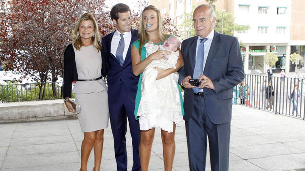 Carla, junto a su marido y sus padres