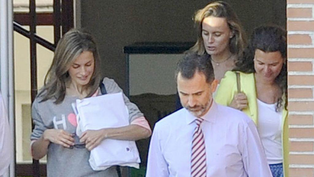 La Familia Real ha saludado a los periodistas desde el coche