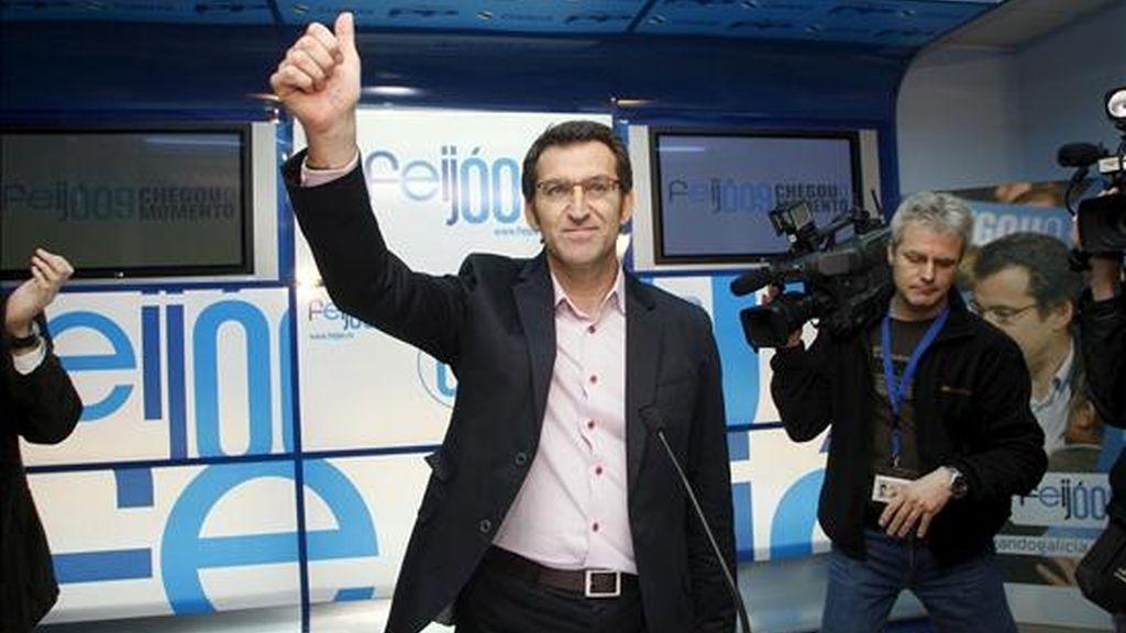 Alberto Núñez Feijóo saluda en la sala de prensa antes de ofrecer la primera declaración tras ser elegido nuevo Presidente de la Xunta de Galicia en las Elecciones Gallegas 2009. EFE