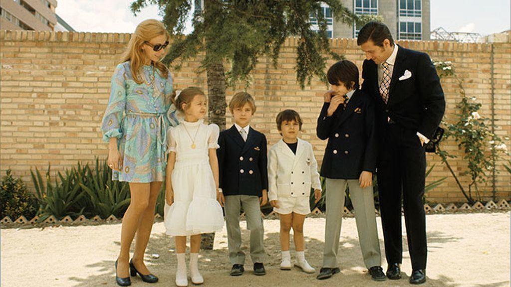 Carlos junto a su ex mujer y sus hijos