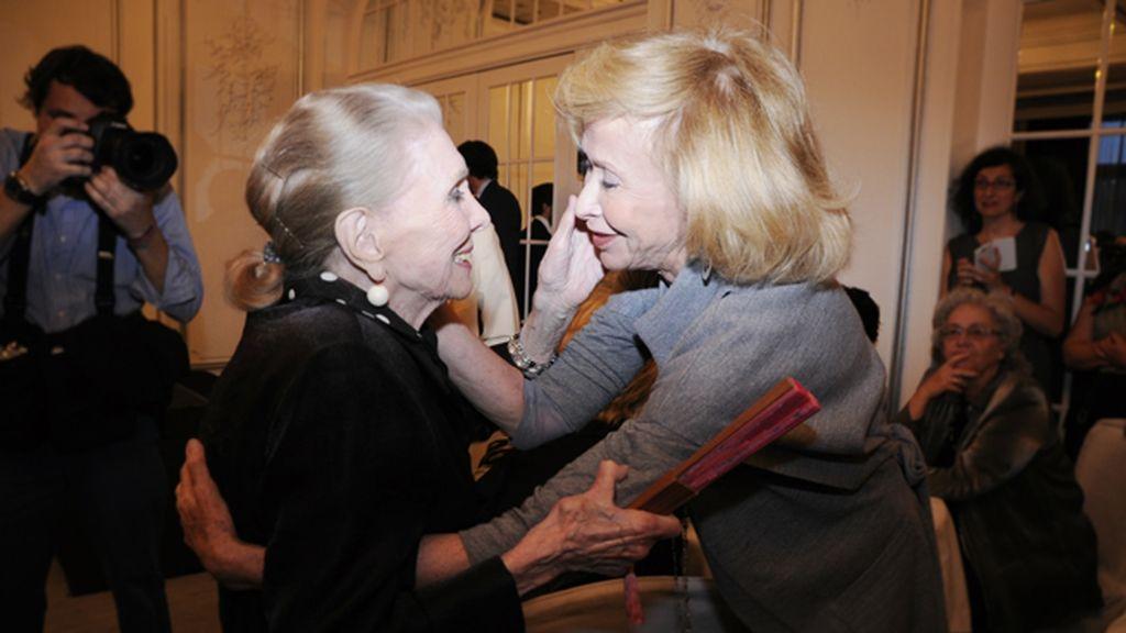 María Dolores Pradera recibió la felicitación de muchas de las presentes, como María Teresa Fernández de la Vega