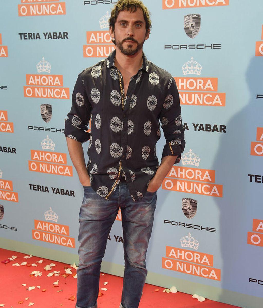 Paco León eligió camisa veraniega con detalles blancos y vaqueros