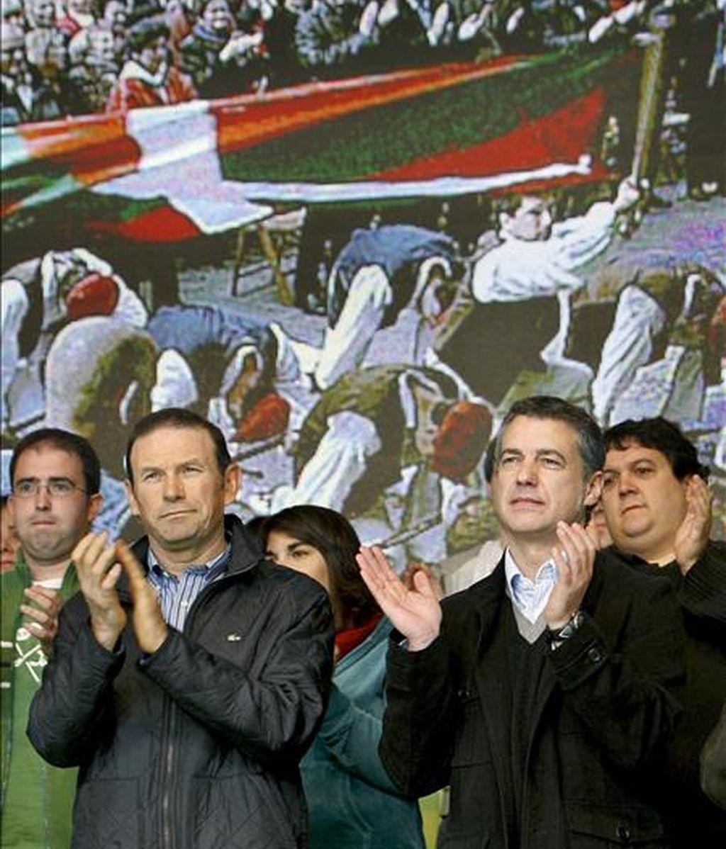 El lehendakari en funciones, Juan José Ibarretxe (i), y el presidente del PNV, Iñigo Urkullu (d), durante su participación esta mañana en Bilbao en el acto político celebrado con motivo del Aberri Eguna (Día de la Patria vasca). EFE