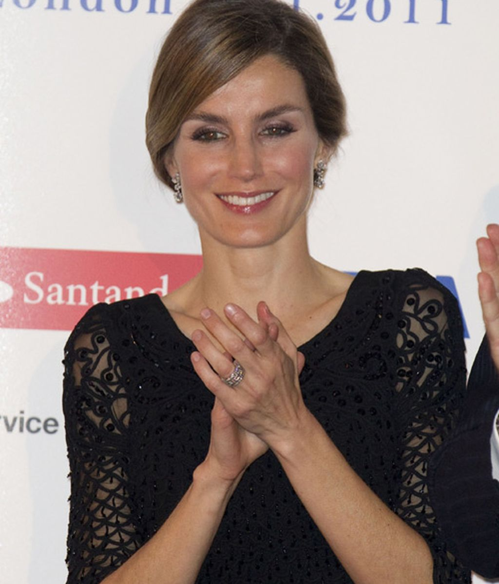 Letizia, en Londres con LBD rollo Mad Men
