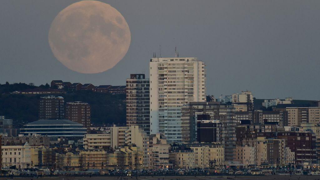 La 'superluna' vista desde Brighton, al sur de Inglaterra