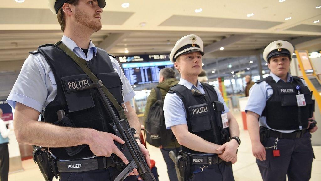 Policías montan guardia en el aeropuerto de Coloni