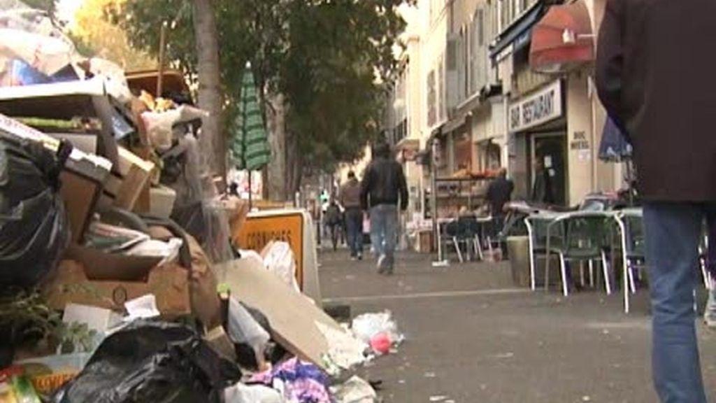 En Marsella se acumula la basura en las calles por las protestas