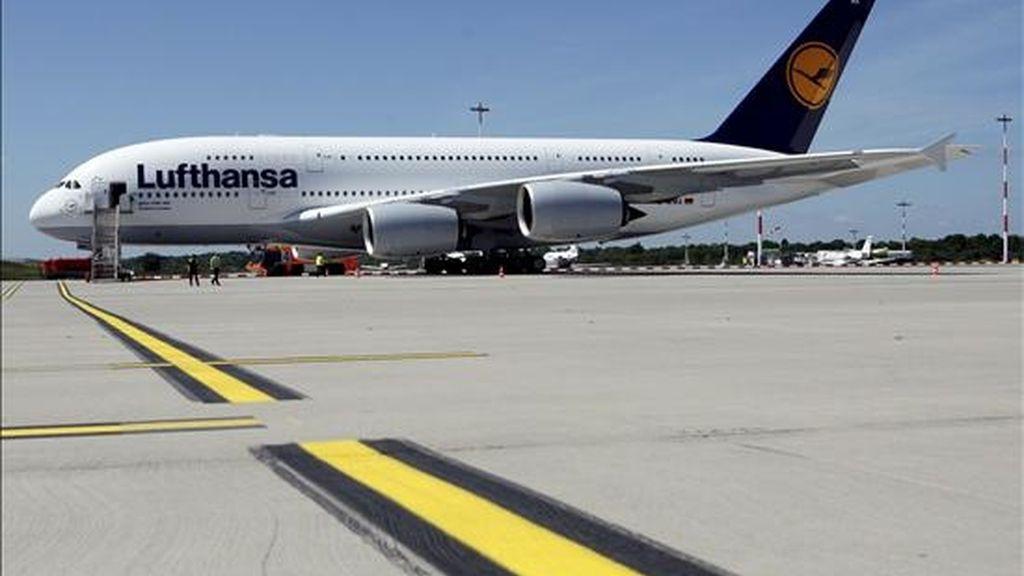 Foto del 3 de junio de 2010 que muestra el primer avión Airbus 380 de la aerolínea alemana Lufthansa en Hamburgo, Alemania. EFE/Archivo