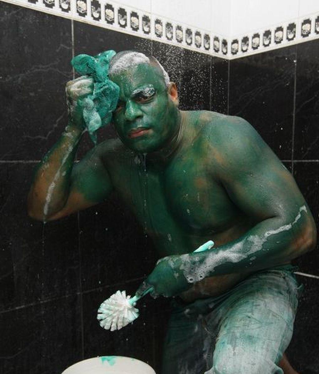 El socorrista de 35 años cuenta que quería imitar al 'Increíble Hulk', superhéroe de ficción, pero el colorante que usó al parecer es resistente al agua.