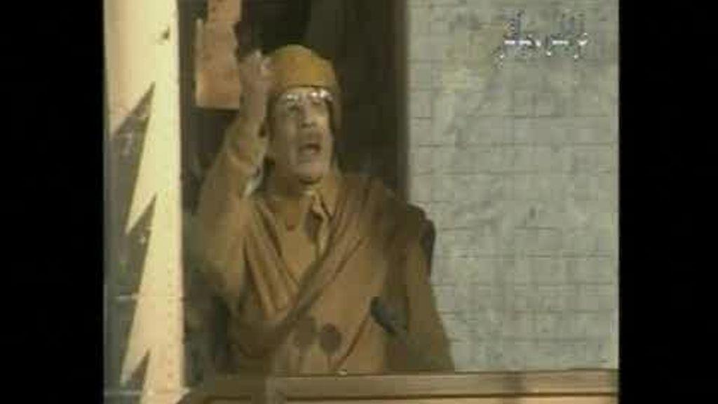 Gadafi no abandona el país y lo achaca todo a las drogas