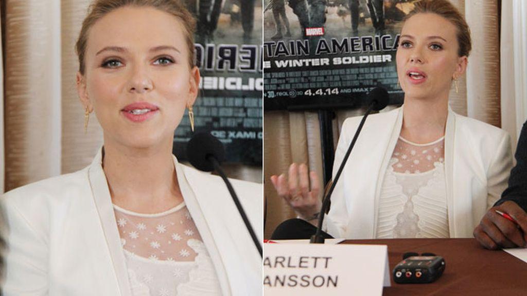 La primera aparición pública de Scarlett Johansson, detrás de una mesa