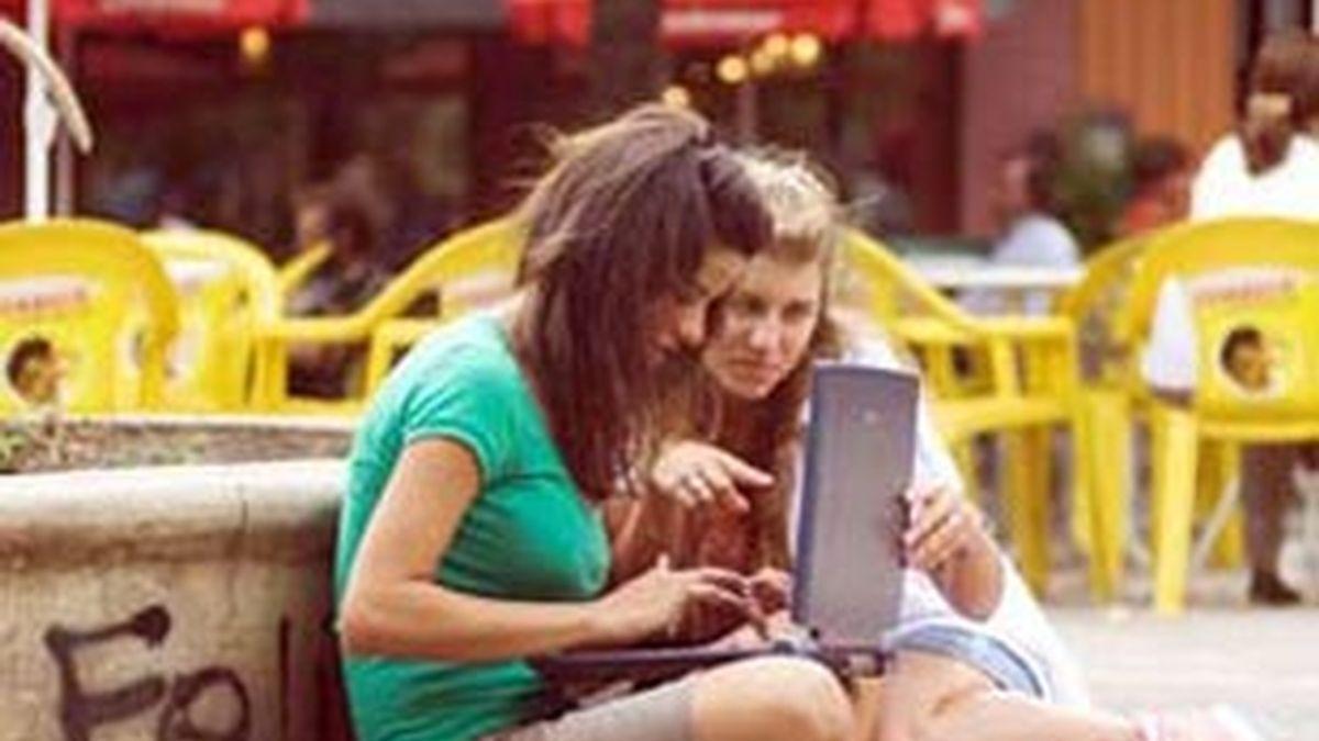 Dos jóvenes usando una de estas redes. Foto: Archivo.